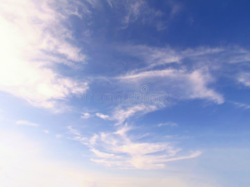Mjuk vit fördunklar mot bakgrund för blå himmel fotografering för bildbyråer