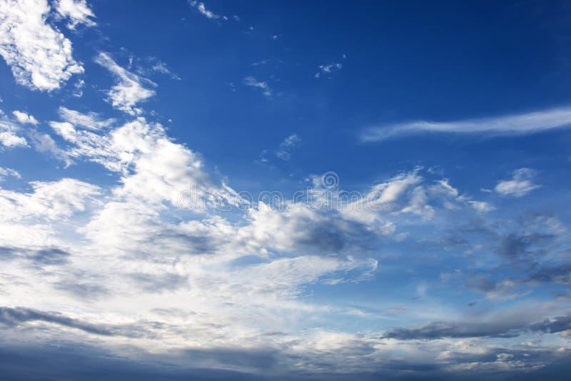Mjuk vit fördunklar mot bakgrund för blå himmel arkivfoto