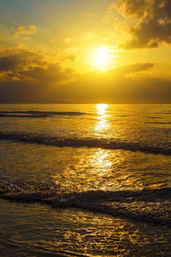 Mjuk Wash för havshavvågor över guld- sandbakgrund Solnedgång soluppgång, sol Tonat som det ögonblickliga fotoet arkivbilder