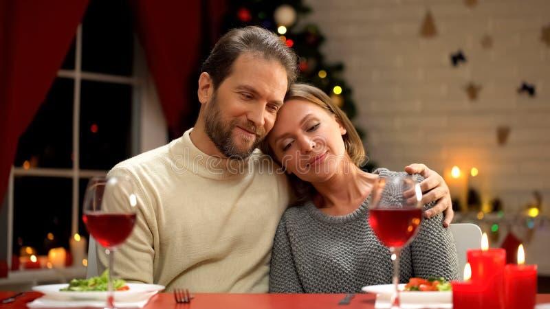 Mjuka älska par som kramar, Xmas-garneringar som mousserar, lycklig familjstående royaltyfria bilder
