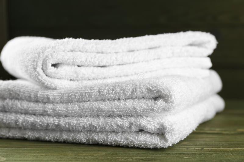 Mjuka handdukar på trätabellen royaltyfri foto