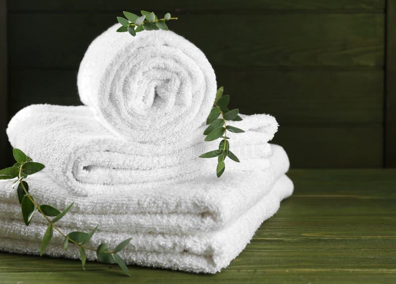 Mjuka handdukar på trätabellen royaltyfria foton