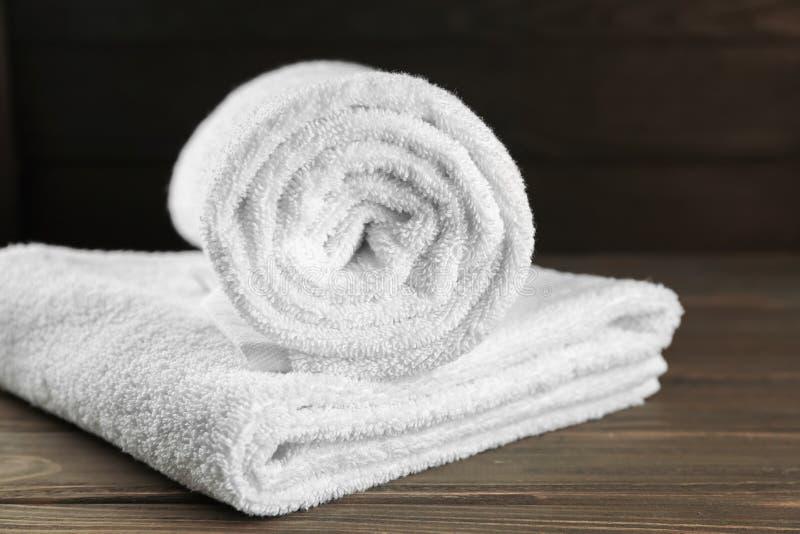 Mjuka handdukar på trätabellen royaltyfri fotografi