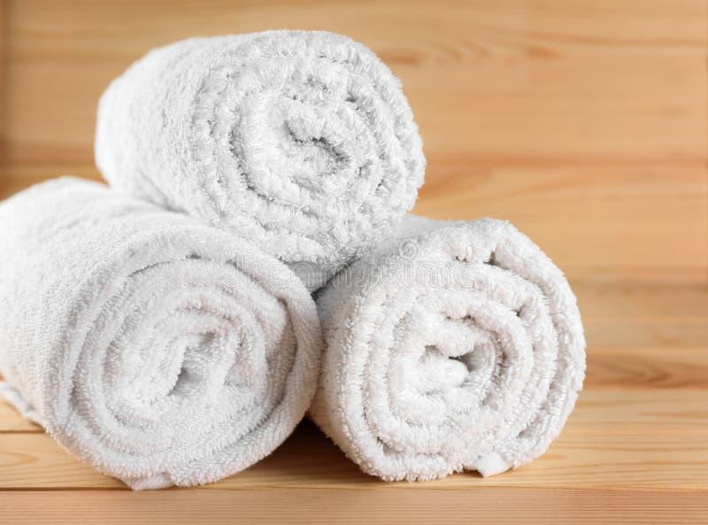 Mjuka handdukar på trätabellen royaltyfria bilder