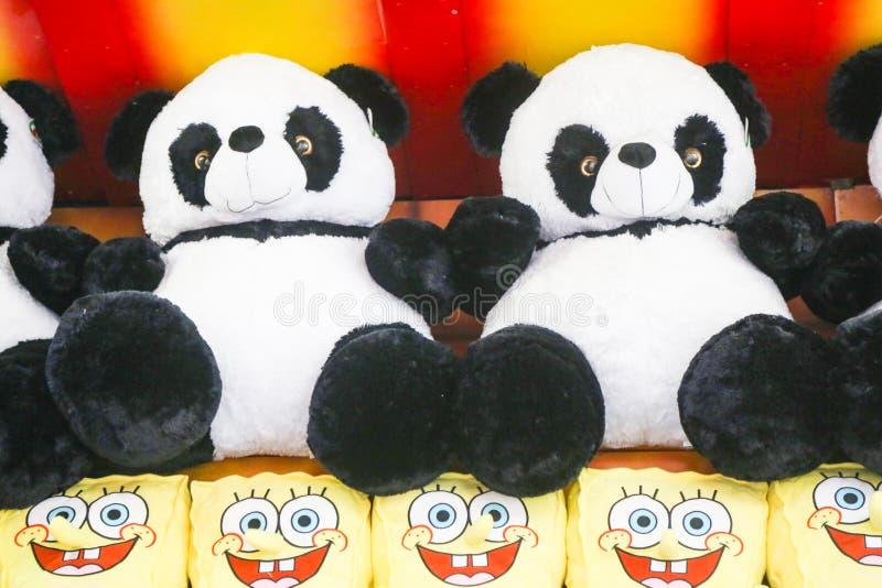 Mjuka leksaker för barn på räknaren av lagret royaltyfria bilder