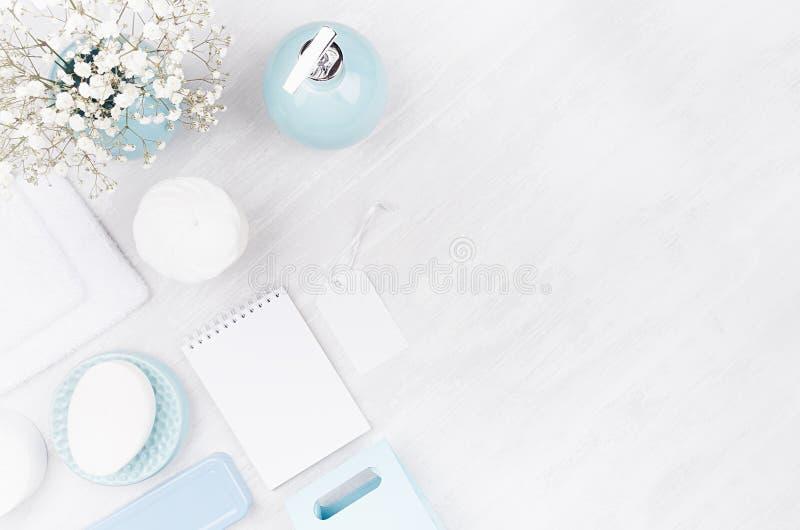 Mjuka ljusa skönhetsmedel som är falska upp - vita skönhetsprodukter, blåa keramiska cirkelbunkar, blommor och den tomma anteckni royaltyfri bild