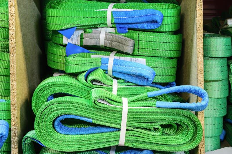 Mjuka lyftande remmar för grönt nylon som staplas i högar royaltyfri fotografi