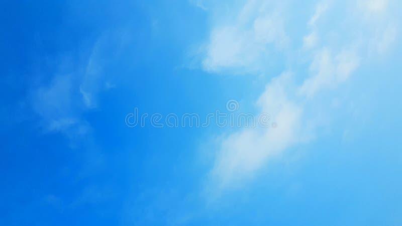 Mjuka moln och azur himmelbakgrund Atmosfären i den blåa himlen med kopieringsutrymme arkivfoto