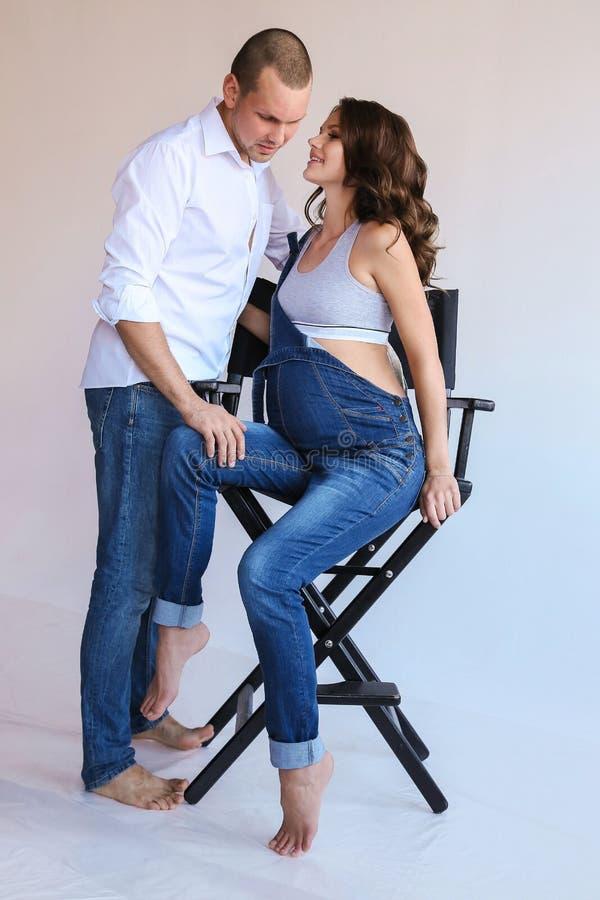 Mjuka par i tillfällig kläder royaltyfria foton