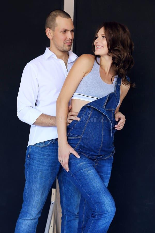 Mjuka par i tillfällig kläder royaltyfria bilder