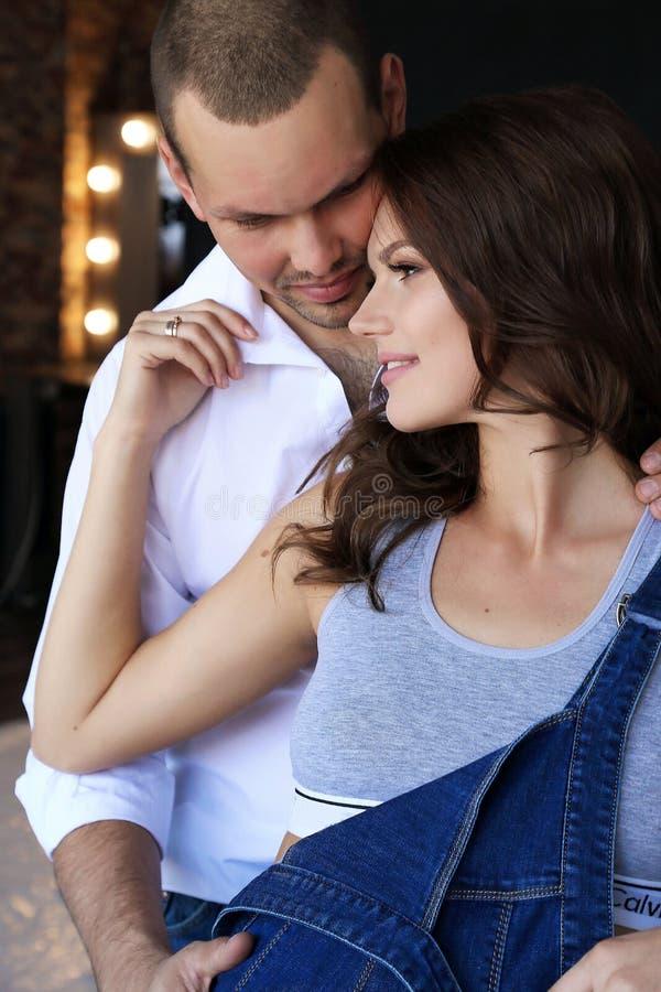 Mjuka par i tillfällig kläder arkivbilder