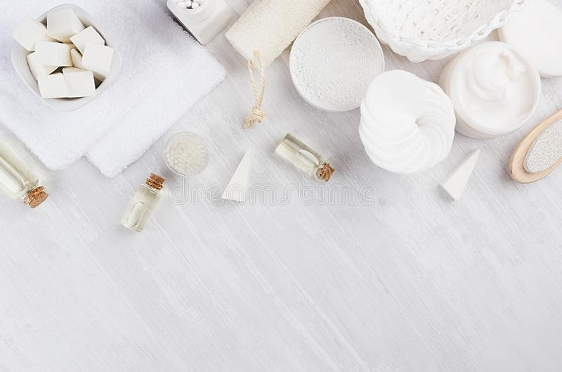 Mjuka rena vita skönhetsmedel ställer in och badar tillbehör på ljus mjuk träbakgrund, den lekmanna- lägenheten arkivfoto