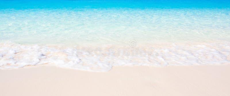 Mjuka v?gor av det bl?a havet p? den sandiga stranden Landskaplandskap av det tropiska havet i solskendagen, erotiskt turkoshavsv royaltyfri foto