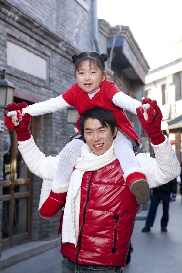 Mjukt ögonblick mellan fadern och dottern arkivfoto