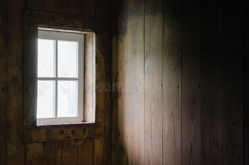 Mjukt naturligt fönsterljus på ladugårdbrädeinre royaltyfri fotografi