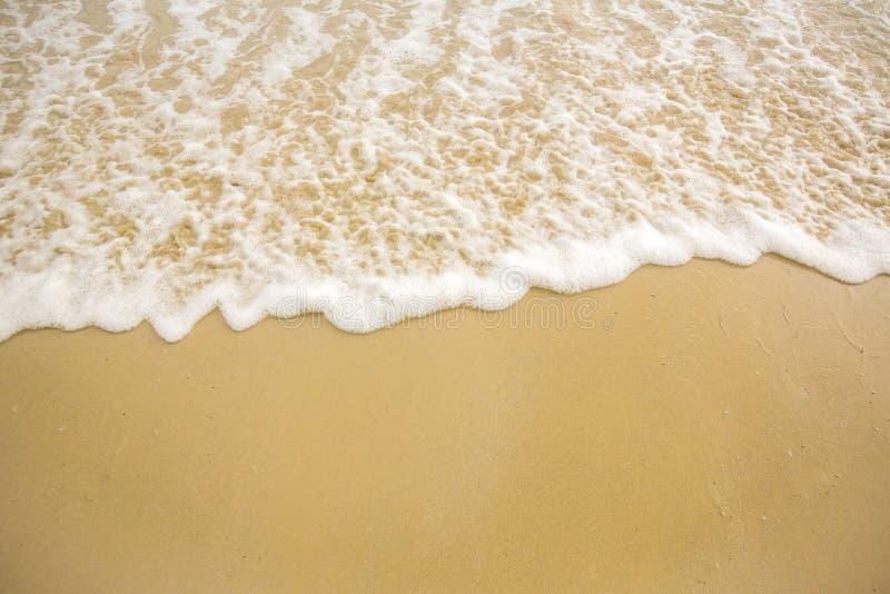 Mjukt våghav på Sandy Beach Bakgrund Selektivt fokusera tropiskt strandhav Vitt skum på stranden fotografering för bildbyråer