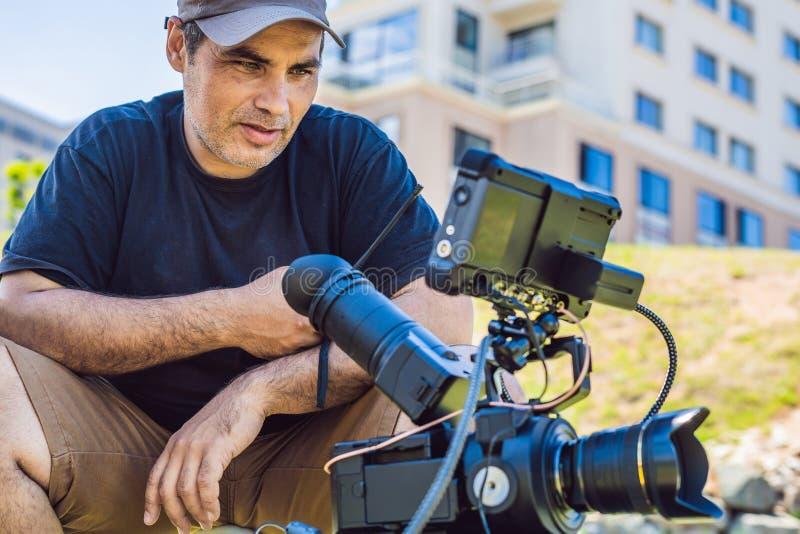 Mknący proces na kinowej scenie - handlowej produkcji set, zewnętrzna lokacja Profeccional kamerzysta działa zdjęcia royalty free