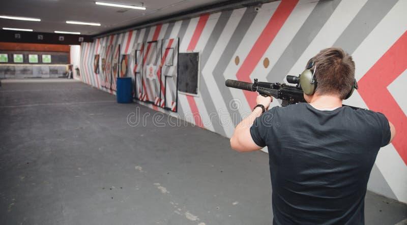 Mkn?cy szkolenie Mężczyzna strzela od celu pistoletu w papierowym celu obrazy royalty free