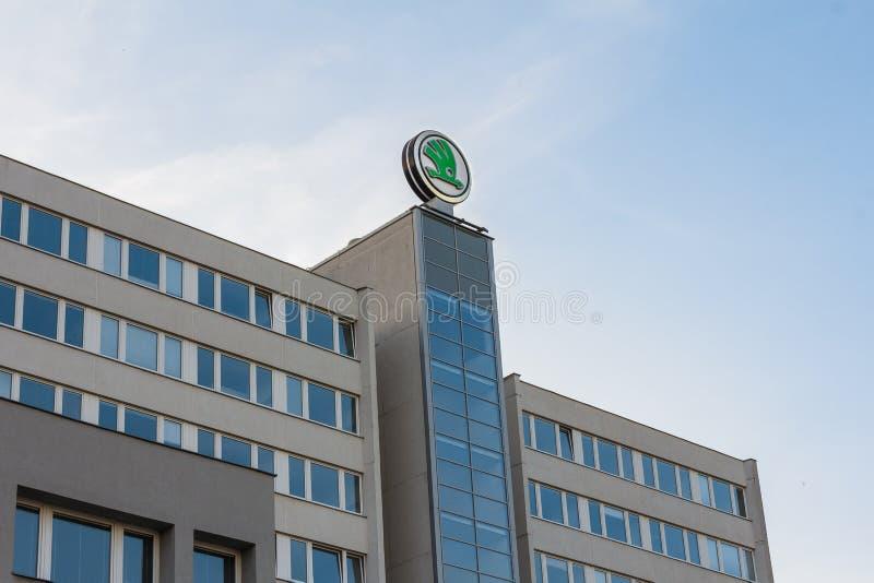 MLADA BOLESLAV, ЧЕХИЯ - 15-ОЕ ИЮНЯ 2019: Головной офис производителя автомобилей Skoda автоматический Логотип Skoda на стоковая фотография rf