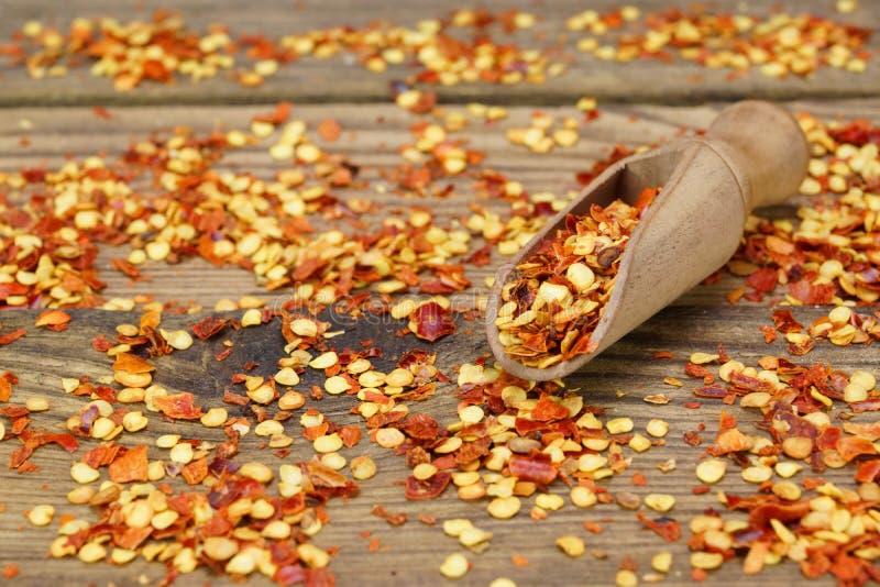 Mleć Chili pieprzy kukurudze Na Drewnianej desce I płatki zdjęcie royalty free
