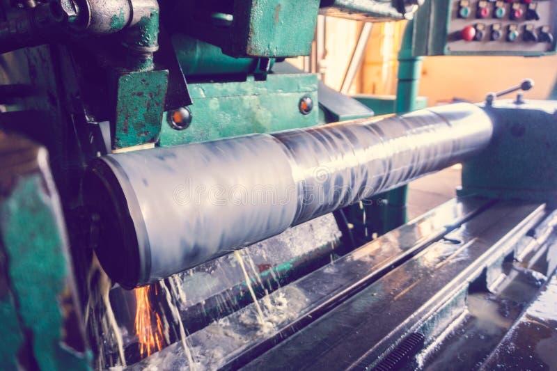 Mleć wielki dyszel na maszynie, kończyć wielka round część, szeroki kąt tonował fotografię zdjęcia stock