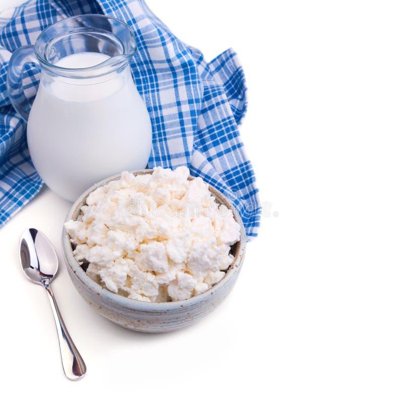Mleka i chałupy ser na białym tle żydowski wakacyjny Shavuot pojęcie obrazy stock