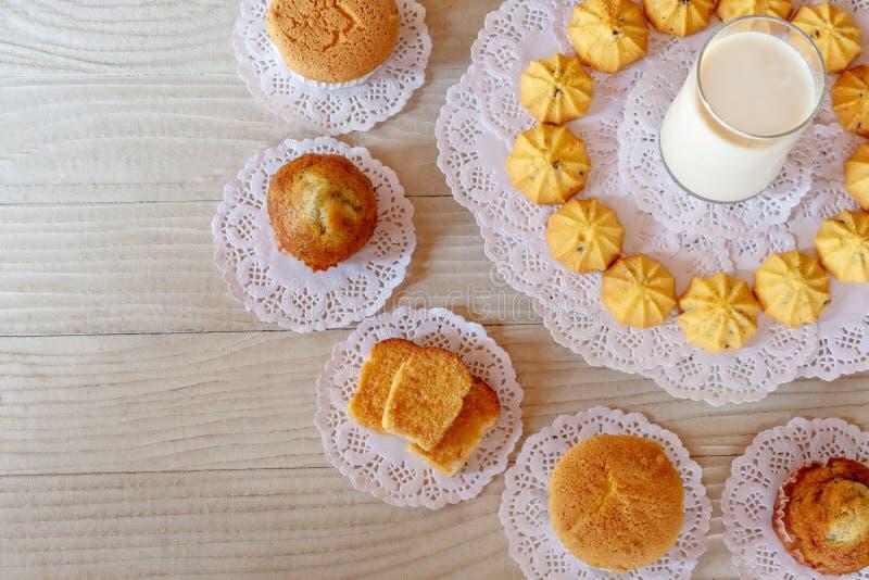 Mleko, babeczka, Tortowa rolka, czosnku chleb, mas?o chleb, Bananowa babeczka i ciastko, zdjęcia stock