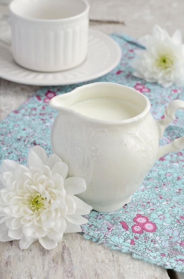 Download Mleko W Białym Dojnym Dzbanku Obraz Stock - Obraz złożonej z kwiaty, filiżanka: 41954579