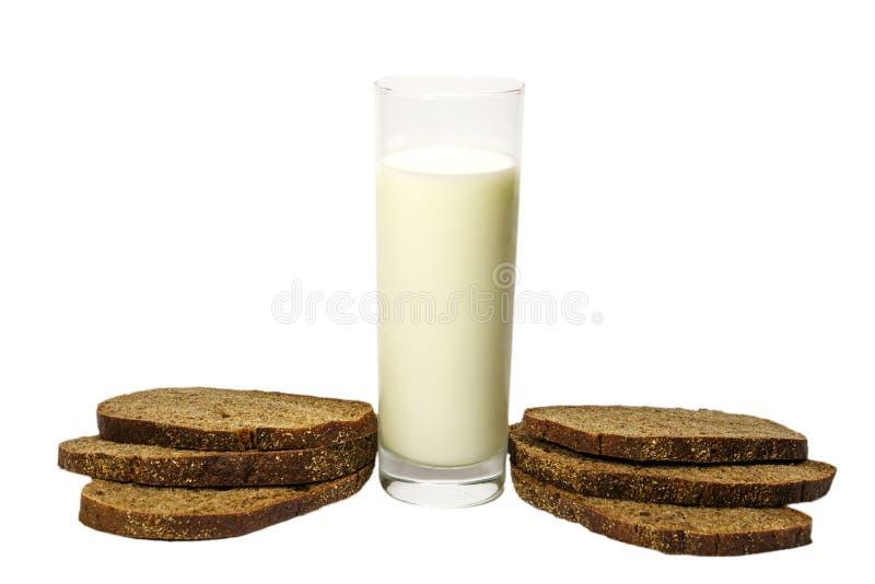 Mleko w szklany świeży sprzężonym z pokrojonym? żyto chleb pojedynczy białe tło fotografia royalty free
