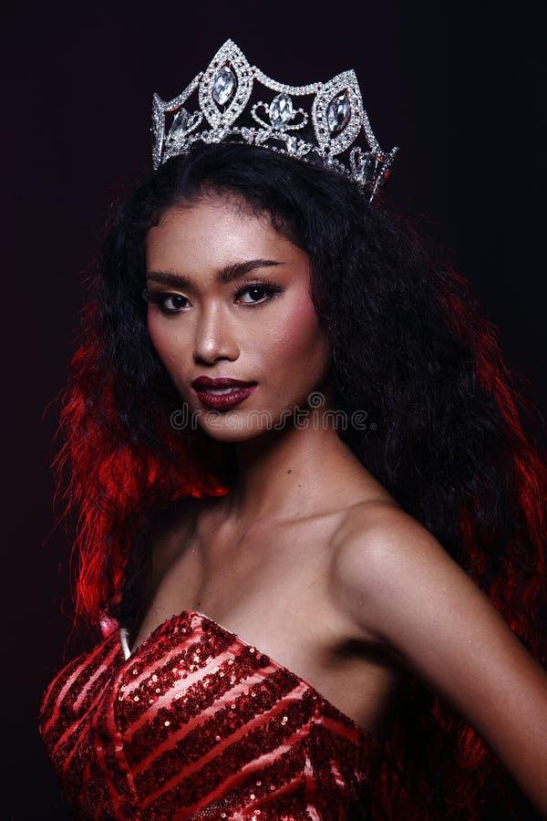 Mlle Pageant Contest dans robe de boule de robe de boule de soirée la longue avec D photos stock