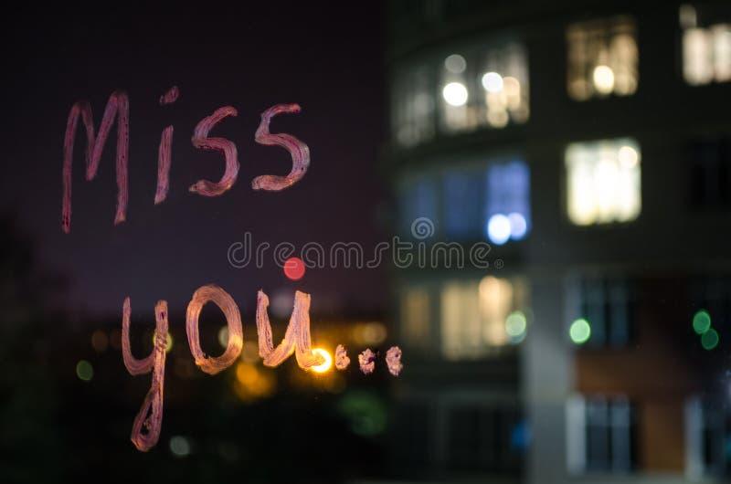 Mlle vous, texte d'inscription par le rouge à lèvres sur le verre de fenêtre pendant la nuit Concept d'amour image stock