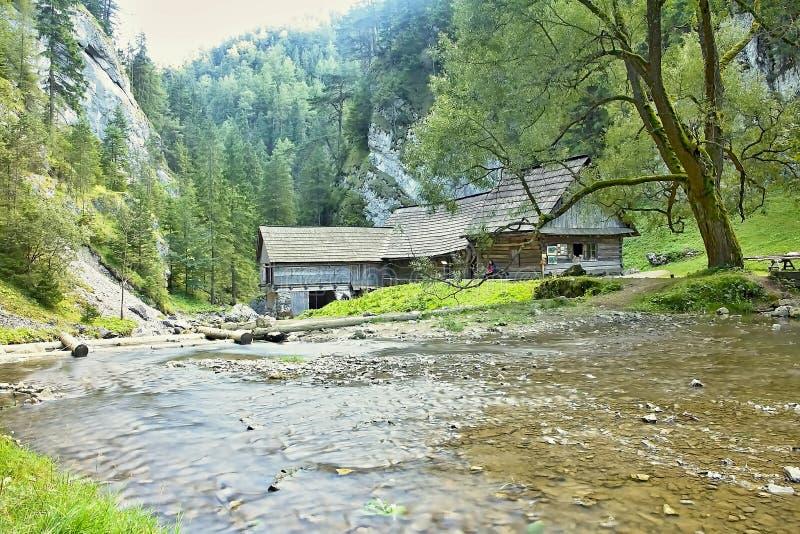 Mlyny - Oblazy строя деревянную водяную мельницу в долине Kvacany стоковое изображение