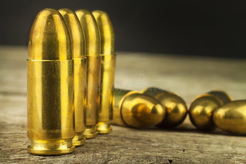 9mm口径弹药筒 武器和弹药销售  胳膊向右转 免版税库存照片