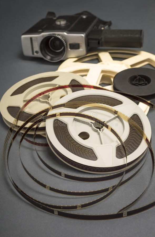 8mm影片卷轴和老电影摄影机静物画  库存照片