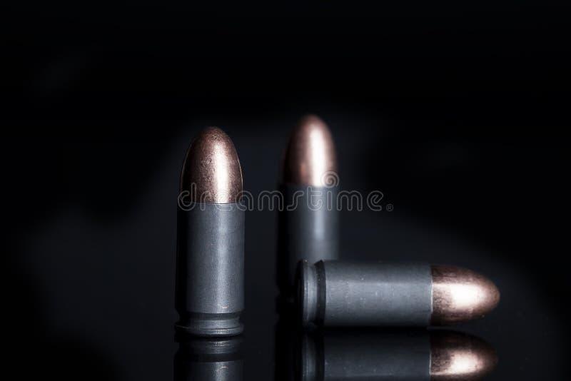 9mm钢被装入的弹药 库存图片
