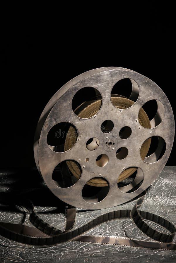 35 mm与剧烈的照明设备的影片轴在黑暗的背景 免版税库存图片