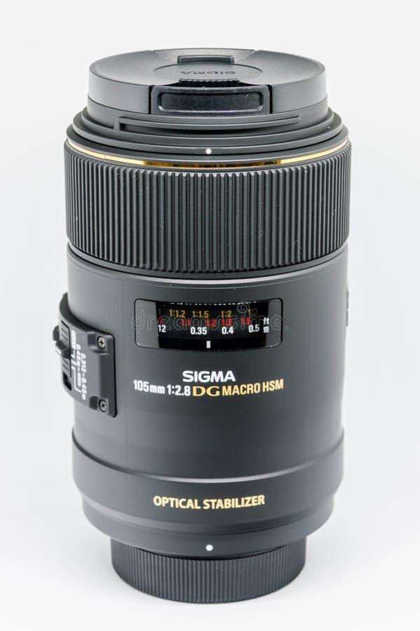 Mm f/2 för Sigma 105 8 makro för FÖRE DETTAGDOS HSM för Nikon på vit bakgrund arkivfoto