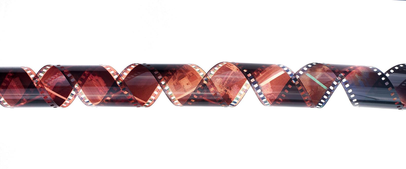 35mm filmstrook die op witte achtergrond wordt geïsoleerd stock foto