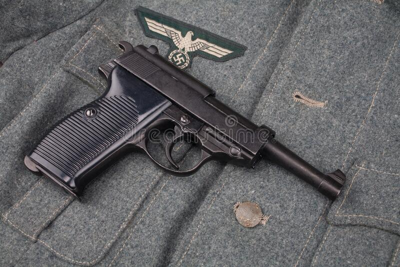 9 mm halvautomatisk pistol i WWII era nazi german Army arkivbild