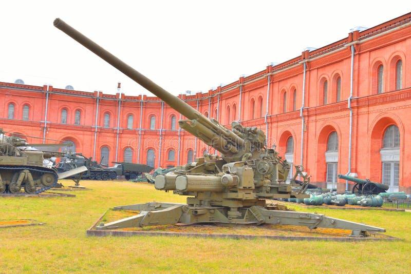 130mm przeciwlotniczy pistolet KS-30 w Militarnym Artyleryjskim muzeum obrazy stock