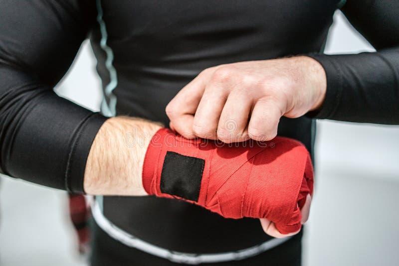 MMA kładzenia ręki bokserscy myśliwscy opakunki na rękach zdjęcia royalty free