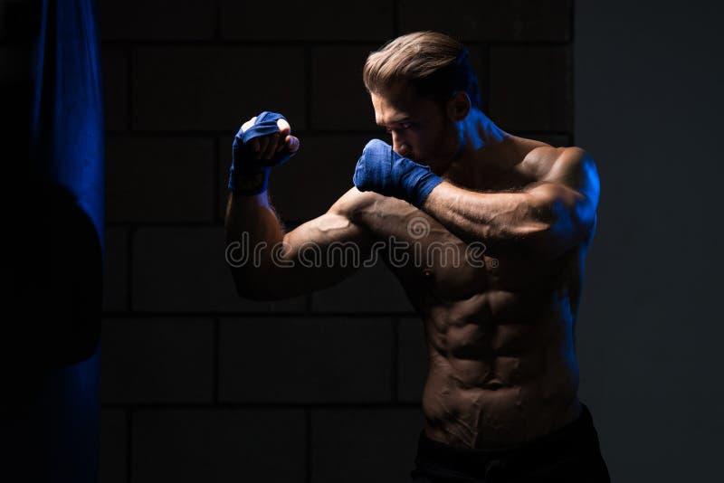 MMA-Vechter het Praktizeren met het In dozen doen van Zak stock foto