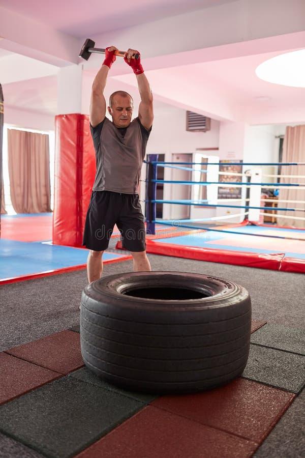 MMA-vechter met voorhamer royalty-vrije stock foto's