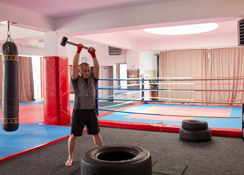 MMA-vechter met voorhamer royalty-vrije stock afbeeldingen