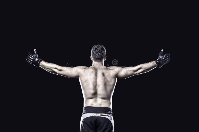 MMA wojownik w odświętności zwycięstwie za widokiem, odizolowywającym obrazy royalty free