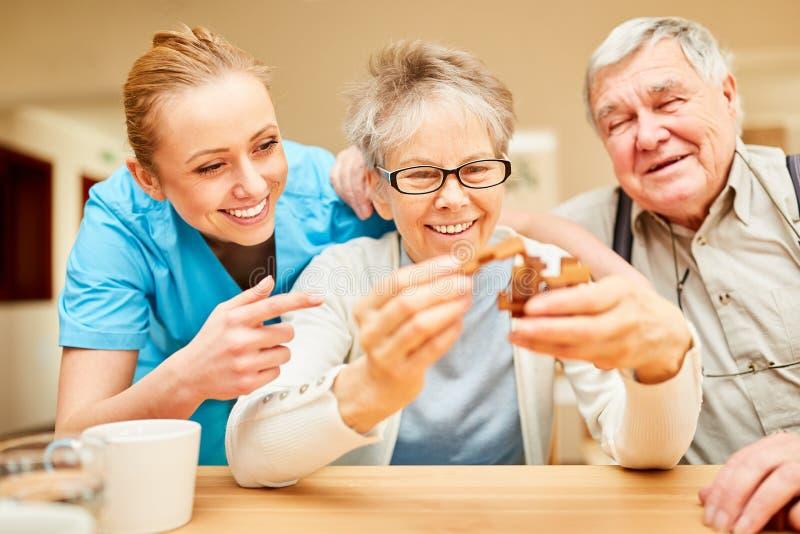 Mme soignante s'est occupée des aînés avec la démence image libre de droits