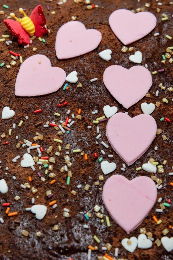 Mmmm, bolo de aniversário do chocolate da criança foto de stock royalty free