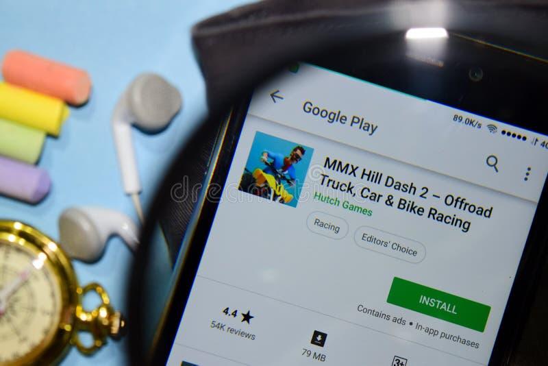 MMX kullestreck 2 - Offroad lastbil, bil & cykel som springer bärare-appen med förstoring på den Smartphone skärmen royaltyfria foton