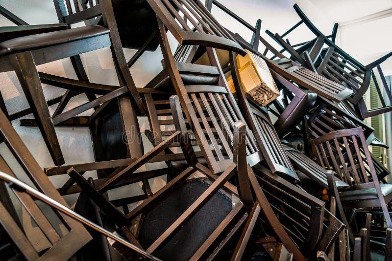 Mnóstwo Łamany krzesło stos wpólnie w pokoju obraz stock