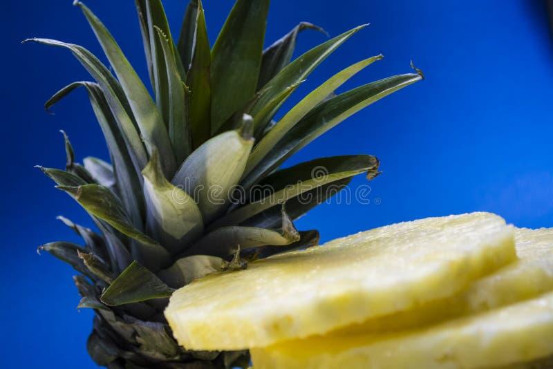 Mnóstwo ananasy w rynku owoce tropikalne egzot witaminy fotografia stock